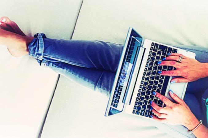 femme-allongée-ordinateur